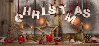 与蜡烛的浪漫圣诞节装饰在红色和白色colo 免版税库存图片