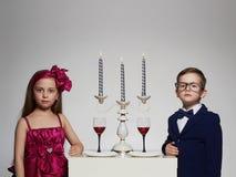 与蜡烛的浪漫晚餐在美好的夫妇 孩子 免版税库存照片
