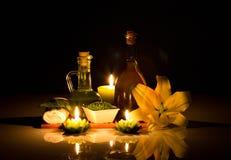 与蜡烛的温泉仍然寿命 库存图片