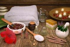 与蜡烛的温泉静物画,温泉产品和木槿开花 免版税图库摄影