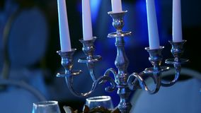 与蜡烛的烛台在黑暗的餐馆,在烛台的蜡蜡烛,烧装饰的蜡烛,装饰烧 股票视频