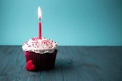 与蜡烛的甜小的生日蛋糕 免版税图库摄影