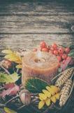 与蜡烛的秋天花圈 库存图片
