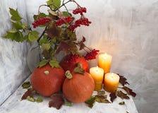 与蜡烛的秋天静物画 免版税库存照片