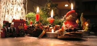 与蜡烛的美丽的圣诞节花圈 免版税图库摄影