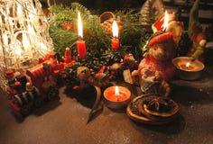 与蜡烛的美丽的圣诞节花圈 图库摄影