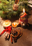 与蜡烛的美丽的圣诞节花圈 免版税库存图片
