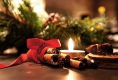与蜡烛的美丽的圣诞节花圈 库存照片