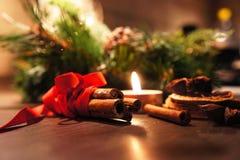 与蜡烛的美丽的圣诞节花圈 免版税库存照片