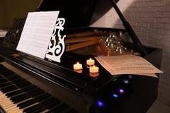 与蜡烛的美丽的钢琴在屋子里 圣诞节概念 库存图片