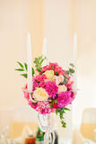 与蜡烛的花构成 图库摄影