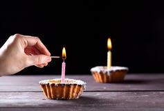 与蜡烛的蛋糕 库存照片