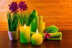 与蜡烛的绿色温泉浴产品概念 免版税库存图片