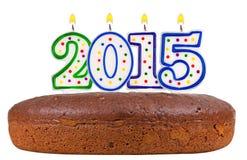 与蜡烛第2015的生日蛋糕被隔绝的 免版税库存图片