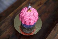 与蜡烛第2,礼物的生日蛋糕 免版税图库摄影