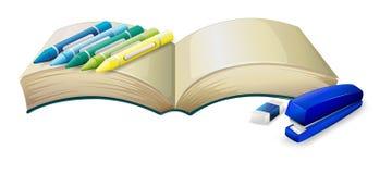 与蜡笔、订书机和橡皮擦的一本空的书 向量例证