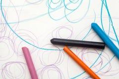 与蜡笔颜色的绘画从婴孩(1年和11个月) 免版税库存照片