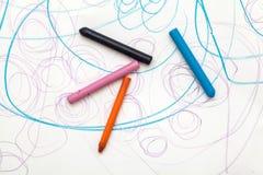 与蜡笔颜色的绘画从婴孩(1年和11个月) 免版税库存图片