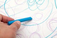 与蜡笔颜色的绘画从婴孩(1年和11个月) 库存图片