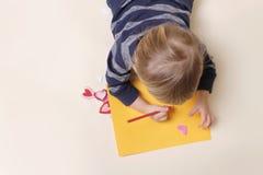 与蜡笔,艺术的儿童图画 库存照片