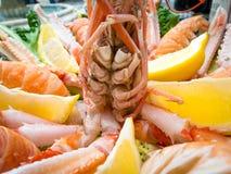 与蝉虾和柠檬的服务的盘 免版税库存照片