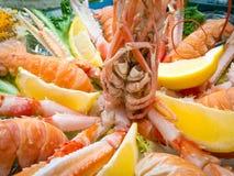 与蝉虾和柠檬的服务的盘 免版税库存图片