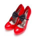 与蝶形领结的红色妇女鞋子 库存图片
