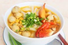 与螃蟹和蘑菇或者banh canh cua的越南面条在whi 免版税库存照片