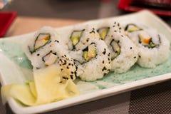 与螃蟹和鲕梨的寿司 免版税库存照片