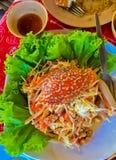 与螃蟹的泰国番木瓜沙拉是泰国人主要食物,它是非常普遍和可口热的食物 亦称索马里兰胃 库存照片