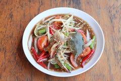 与螃蟹的番木瓜沙拉在白色盘 免版税库存图片