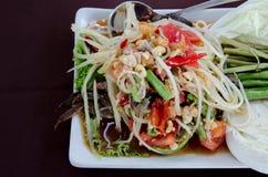 与螃蟹的番木瓜沙拉 图库摄影