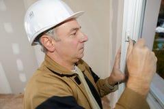 与螺丝刀的大师设置在窗口的配件 免版税库存照片