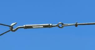 与螺丝圈和钩头螺栓的一个新的套筒螺母在蓝天背景 库存照片