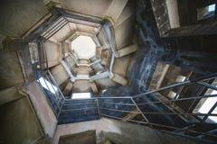 与螺旋形楼梯的典型大厦 免版税库存照片