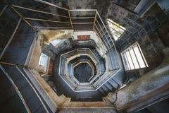 与螺旋形楼梯的典型大厦 图库摄影