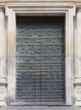 与螺柱的古老金属门 免版税库存照片