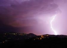 与螺栓的夜风暴和打雷在围拢F的小山 库存图片
