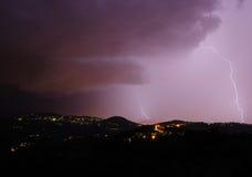与螺栓的夜风暴和打雷在围拢F的小山 免版税库存图片