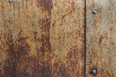 与螺栓的生锈的金属片纹理 库存照片