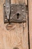 与螺栓的老木门 图库摄影