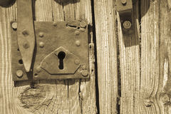 与螺栓的老木门 免版税库存图片