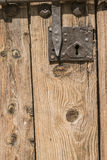与螺栓的老木门 免版税库存照片