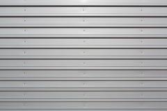 与螺栓的银色波纹状的金属 免版税库存图片