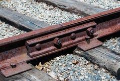 与螺栓连接的生锈的铁路领带 免版税库存图片
