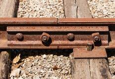与螺栓连接的生锈的铁路领带 免版税图库摄影