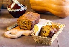 与螺母和巧克力片的南瓜面包 免版税库存照片