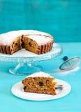 与螺母的日期和麦片粥蛋糕 免版税库存图片