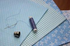 与螺纹卷的布料 免版税图库摄影