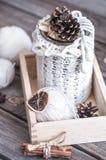 与螺纹的构成编织的在木背景 免版税库存照片